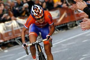 2012: Marianne Vos versnelt op de Cauberg en grijpt even later de regenboogtrui. © ANP