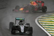 Max Verstappen jaagt Nico Rosberg op en gaat de Duitser even later op weergaloze wijze voorbij. © AFP