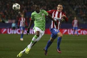 PSV'er Nicolas Isimat-Mirin met een doelpuntenmaker van Atletico, Kevin Gameiro. © Reuters