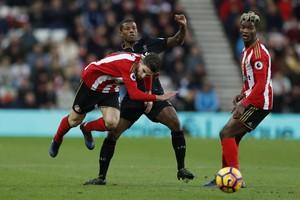 Georginio Wijnaldum in duel met Fabio Borini en Papy Djilobodji van Sunderland © AFP
