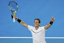 Rafael Nadal is blij na zijn zwaarbevochten zege. © Reuters.