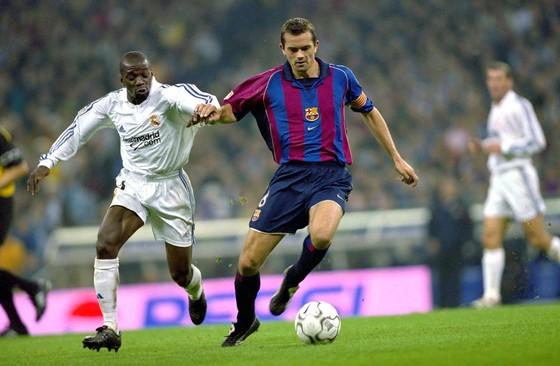 Claude Makélélé als speler van Real Madrid in duel met toenmalig Barcelona-aanvoerder Phillip Cocu. © Hollandse Hoogte.