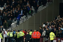 Rellen op de tribunes in Londen. © AFP