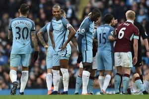 Fernandinho (tweede van links) pakt weer een rode kaart © AFP