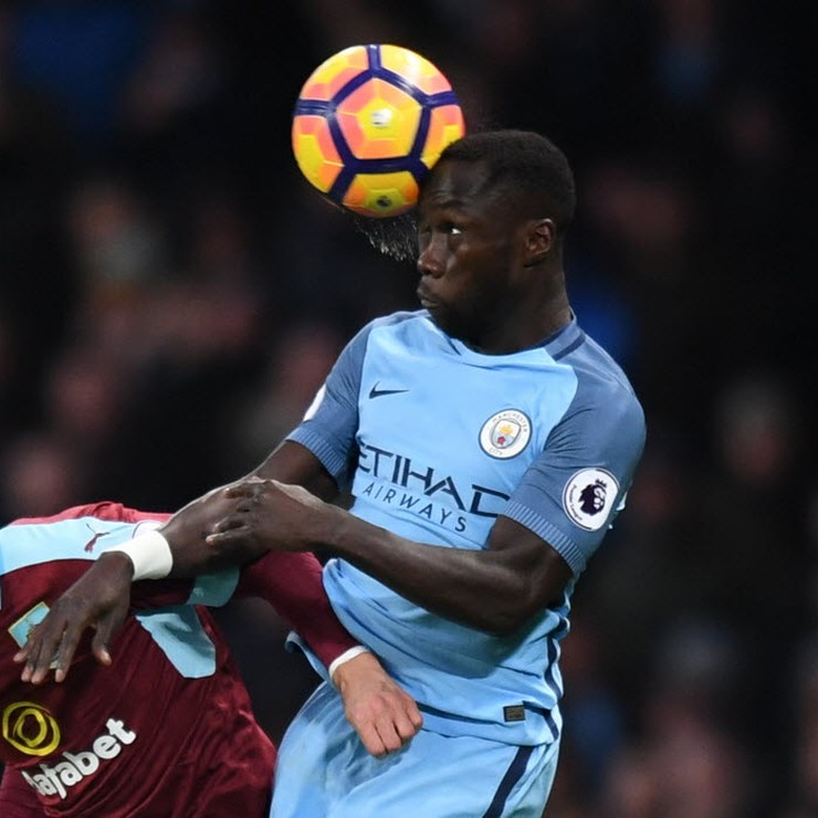 Johann Berg Gudmundsson van Burnley verliest een kopduel van Manchester City-back Bacary Sagna. © Reuters