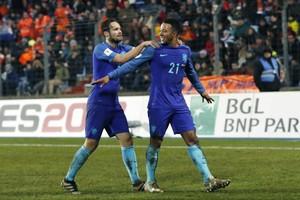 Daley Blind feliciteert Memphis Depay na diens eerste treffer tegen Luxemburg. © ANP Pro Shots