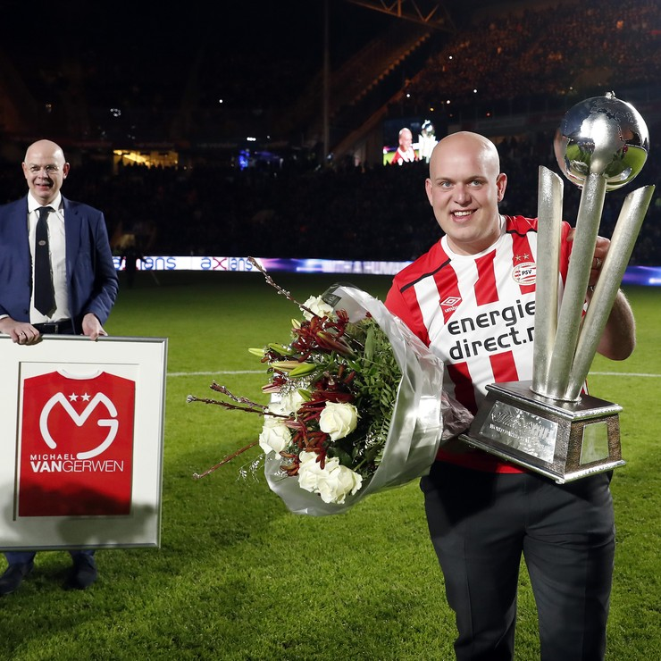 Michael van Gerwen toont trots zijn trofee. © Hollandse Hoogte
