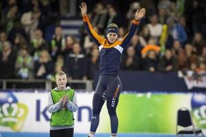 Ireen Wust op het podium na afloop van de 1500 meter tijdens het NK Afstanden. © ANP