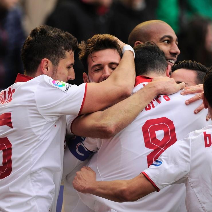 De spelers van Sevilla vieren een feestje nadat zij een moeizame overwinning hebben geboekt bij Osasuna (3-4). © AFP